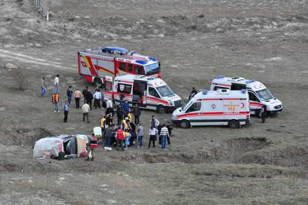 Tortum'da midibüs uçuruma yuvarlandı 1 ölü 14 yaralı
