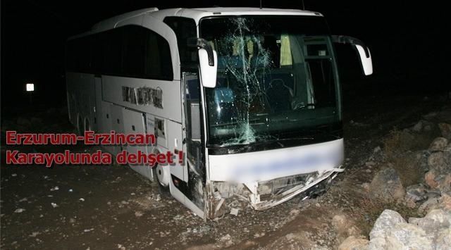 Otobüs kayalara çarptı 19 yaralı